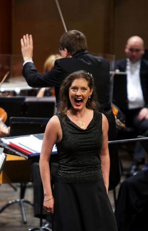 Kvällens överraskning var violinisten Susanne Francett, som ställde sig upp ur orkestern och rev av den extremhöga, extremtekniska och extremkända Nattens Drottnings aria ur Trollflöjten. Och ja, hon är operautbildad.