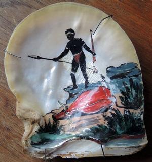 Ett bemålat pärlemorskal som Kent Sjögren har som minne av sina äventyr.