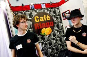 """Mathias Christensen och Alexander Pålstam driver tillsammans med två kompisar Café Ringo på Tingshuset i Östersund som ett UF-projekt. """"Det har blivit en succé, vi går med vinst och vi tänker försöka fortsätta driva caféet efter skolan är slut"""", säger Mathias Christensen."""