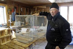 Rolf Frank visar en av de egentillverkade mjärdarna hos Färila fiskevårdsområde.