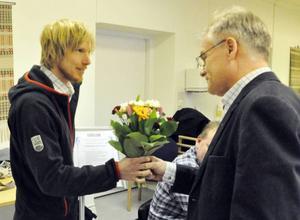 Mikael Ärfström tog emot tillgänglihetspriset från Lars Bygdén, ordförande i brukarrådet.