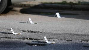 Tomhylsor markerades ut av polisens tekniker efter skjutningen i Västerås på fredagen.