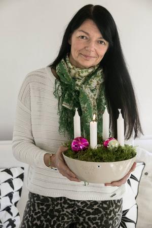 2015. Årets adventsljusstake gör Susanne i en vacker keramikskål med mossa från trädgården.  Den kan sedan varieras i det oändliga.