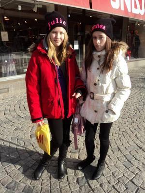 Mössor från marknad i Ockelbo. Julia har på sig skor från Din Sko, väska från Accent, jacka från Intersport och resten från H&M. Linnea har på sig skor från Scorett och jacka från Klädpartiet, resten vet ej.Foto: Emily Brandon-Cox