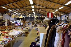 Den stora loppmarknaden rymmer det mesta,  från ett block från en 1700-tals segelskuta till taklampor och prydnasföremål.