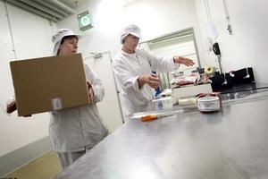 Det blir många lyft varje dag för Katarina Byléhn och Margareta Nyman jobbar i packavdelningen på Delsbo charkuteri.