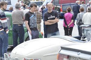 Kristoffer Jansson och Marko Svan spanar in en av alla klassiska bilar, en Mercedes från 50-talet