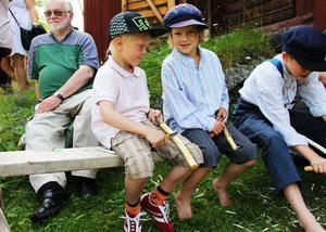 Isak Olsson Hagardsson och Melker Rotberger lär sig att tälja.