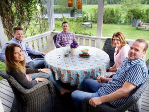 Hemma hos Olof Anteskog (i mitten) sitter de nya bekantskaperna fr v Stina, Hans, Nettan och Dan och väntar på förrätten.