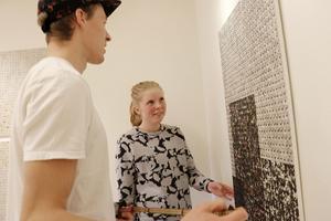 Frida Altskog ställer ut sin nubbkonst i konsthallen på biblioteket. Här hänger hon utställningen med hjälp av David Klasson.