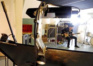 John Lindberg under inspelningarna av John Lindberg Trios åttonde album