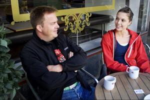 """Lars Eklund, 35 år från Östersund och Sophia Hansson, 29 år från Umeå:""""En arbetsdag dricker jag 4–5 koppar"""", säger Lars Eklund.""""Jag dricker 8–10 koppar"""", säger Sophia Hansson.""""Jag tror att vi kommer att köpa mer bönor och mala själv. Och så tror jag att det blir mer amerikanska kaffetrender som Starbucks"""", säger Lars Eklund.""""Jag tror att nästa trend blir moccachino eller frappuccino, med espresso, is, mjölk och någon smaksättning"""", säger Sophia Hansson."""