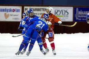 Stefan Nordén (i rött) svarade för ett mål och tre målgivande assist i 5–5-matchen. SSK-bevakningen ökade allt eftersom, här rammade dock Jim Norberg lagkompisen Nicklas Blomqvist i stället.