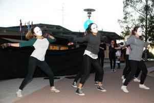Musikskolans nior kom från ingenstans och satte upp en dansshow utanför Kulturhuset.
