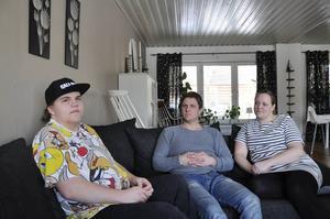 Simon Östlund var hemma fem veckor under tiden sonen Gabriel rehabiliterades efter en ryggoperation. Nu känner sig Simon lurad av Försäkringskassan då två handläggare ska ha lovat ersättning i form av tillfällig föräldrapenning. På bilden också mamma Martina.