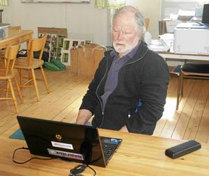 Torgny Pettersson förbereder kvällens träningstävling vid Rannåsen. All administration finns i datorerna.