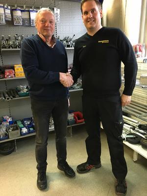 Hasse (tv) överlämnade firman till Björn i november i fjol. Då var de redan goda vänner och talas vid varje dag.