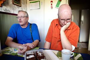 I november förra året flyttade Christer Allström och Cirsten Svensson till Hofors. Bara några månader senare fick Cirsten diagnosen bröstcancer. Till behandlingarna kör de bil men trots att hon är berättigad reseersättning så återstår det inte många kronor efter landstingets avgift.