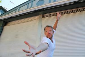 Komikern och arrangören Christopher Linnell testar scenen i Societetsparken inför humorturnén SkärgårdsSkrattets föreställning på fredag.