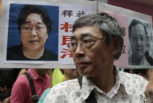 Hong Kong-bokhandlaren Lam Wing med ett plakat som kräver att Gui Minhai friges. Bild från 2016.