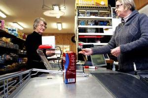 På väg hem till Salsbruket i Nordtröndelag tittade Mette Lönstad in till Eva Berg för att köpa kaffe.