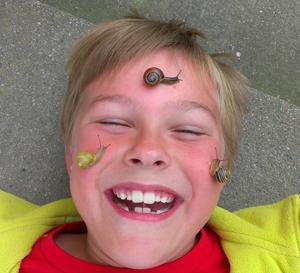 Tristam (7 år) älskar småkryp och han hittade sniglarna efter en regnskur.