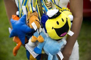 Studenterna fick många gåvor att hänga runt halsen.