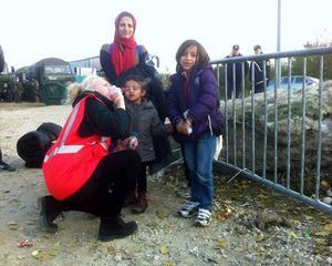 Catharina Enhörning tillsammans med flyktingar från Syrien.