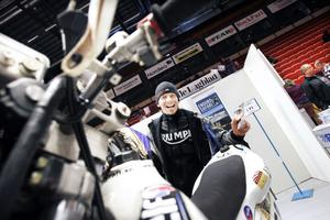 """Bertil """"Berra"""" Marcusson har kört världens tuffaste motortävling Paris-Dakar. Deltagarna kör drygt 1 000 mils terrängkörning, huvudsakligen över ökenvidder i närmare tre veckor."""