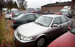 Under det senaste året har det skett flera incidenter på den här parkeringen där bilar tillhörande anställda hos Spendrups slagits sönder eller repats. Stölder har också förekommit. Foto: Peter Ohlsson/DT