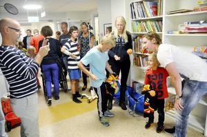 Sexåriga Kalle Soläng med sin idol Nicklas Bäckström, Pappa Magnus förevigar mötet.