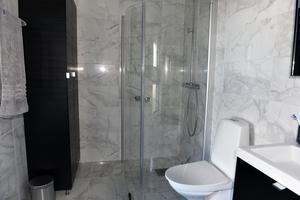Det ena badrummet kallar Carina för marmorrummet.