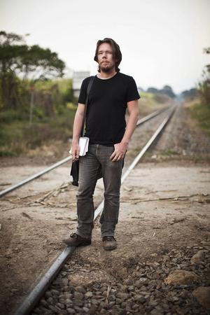 """Erik de la Reguera, som under skoltiden bodde i Hudiksvall, är författare och journalist. Åren 2007–2013 var han Dagens Nyheters korrespondent i Latinamerika. Han har tidigare utkommit med """"Kokain: drogen som fick medelklassen att börja knarka och länder att falla samman""""."""