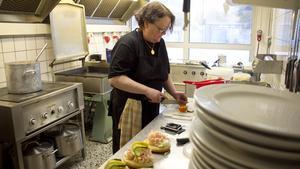 Ann-Kristin Henriksson gör i ordning räkmackor lagom till att lunchen ska börja.