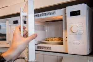 En mikrovågsugn började brinna i en lägenhet i Bjursås under söndagen. Bilden har inget med händelsen att göra.