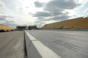 KLART. Den 402 meter långa dragracingbanan med stoppsträcka ligger klar. Nu kan den första tävlingen på Tierp Arena hållas.