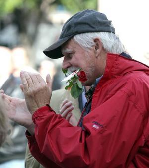 Gillar det han hör. Per-Åke Gunnarsson från Höjersdal var en av de Gävlebor som tagit sig till Stortorget på fredagen för att höra Thomas Östros tala.