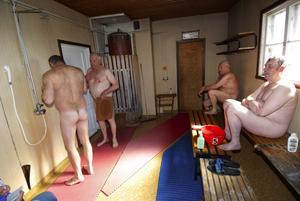 Järngäng. Varje lördag träffas de här. Gunnar Sahlin inne i hörnet har bastat sedan bastun öppnade 1931. Rolf Blauvert började 1955. Anders Andersson duschar och Hans-Erik Sandgren väntar på sin tur.