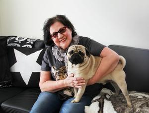 En trofast vän. Anneliese Wikman älskar hundar och särskilt mopsen Mikki. Foto: Ola Wahlsten