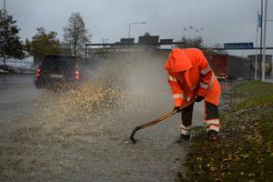 På E4, vid korsningen till Sjögatan, jobbade Kalle Krona från Peab vid 08.30-tiden på onsdagsmorgonen för att få bort löven från en dagvattenbrunn.