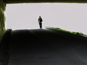 Tog denna bild som jag först tyckte blev misslyckad eftersom jag trodde den vackra naturen utanför tunneln skulle komma med. I efterhand tycker jag istället att bilden blev riktigt häftig. Mannen som går mot det okända, är min sambo.