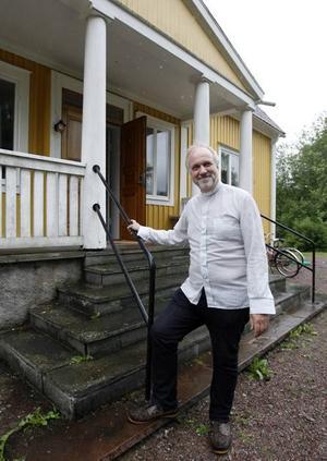 """VÄLKOMNAR I PRÄSTGÅRDEN. 30 augusti är det installation för Hofors nye kyrkoherde, men redan nu finns han på plats i prästgården där han kommer att bo. """"Jag hoppas att det här ska bli ett öppet hem och att människor inte bara träffas i kyrkan utan även här""""."""