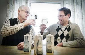 Styrelseordföranden Olle Eriksson och ledamoten Torbjörn Rosén tror på en framtid för mineralvatten från Flästa – i kartongförpackning