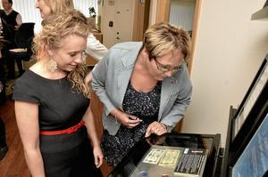 Numismatik. Liselott Lodén  och Irja Gustavsson tog en titt på några av mynten från Gustav Öhrns samling.