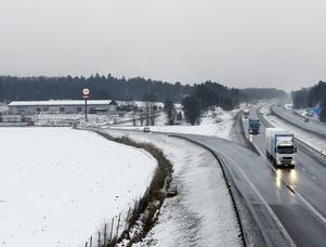 Arkivbild. Ostlänkens nya dragning. Ostlänken  ska, enligt Trafikverkets förslag, dras precis intill motorvägsavfarten i Järna, genom företagsområdet och därefter in i en 1,3 kilometer lång tunnel.