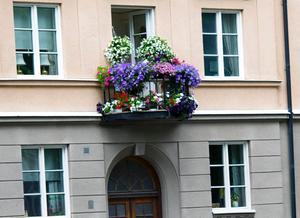 Alternativ 2: Balkong på Hertig Karls allé i Örebro.