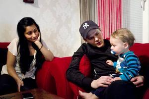 """Kan inte börja jobba. Sebastian Eng och Shiva Nejad har fick ingen förskoleplats åt sonen Benjamin Eng i december som önskat, trots att de anmälde behovet redan i april. De har nu fått ett erbjudande i Sätra, med inskolning i slutet av januari, men är tveksamma eftersom förskolan kallas """"en tillfällig lösning""""."""