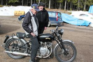En riktig raritet. Det är Helge Trygg, till vänster, och Conny Persson när de specialstuderar Vincent från 1953.