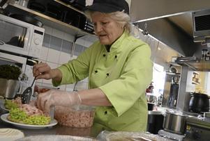 Eva tycker att det är roligt att laga mat, göra mackor och servera. Bakningen lämnar hon gärna över till barnbarnet.