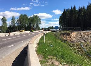 Här under riksväg 50 placeras rörbron till cykelvägen. Vägen hålls stängd för trafik mellan fredag 2 juni kl 18 till måndag 5 juni kl 18.
